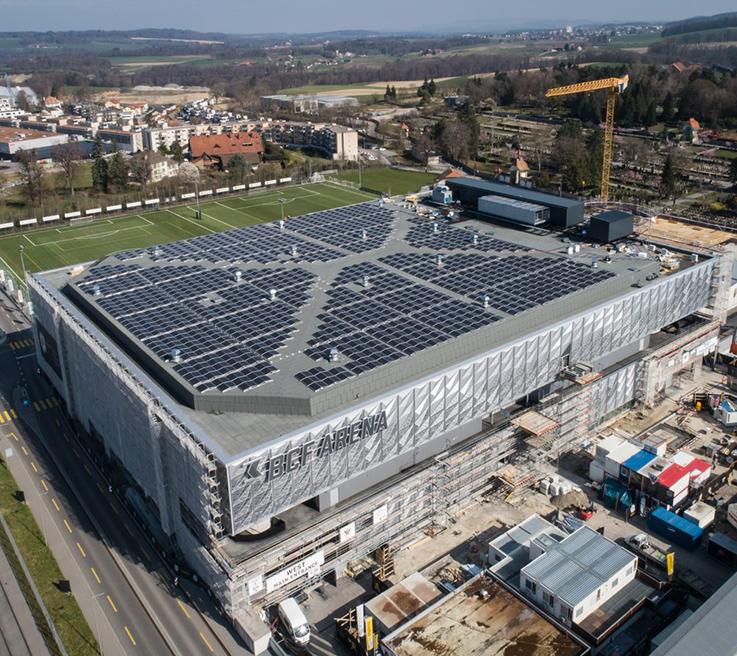 Panneaux solaires photovoltaïques sur le toit de la BCF Arena. Installation réalisée par Groupe E.